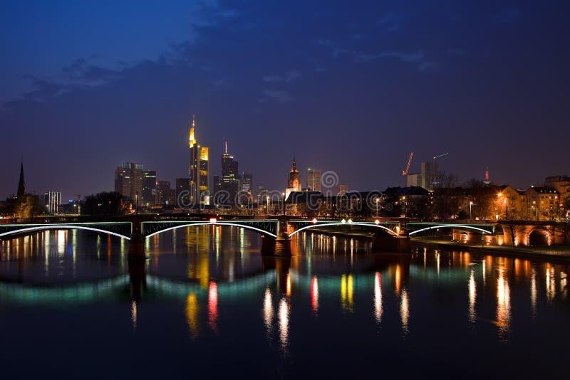 Francoforte - am - cano principal na noite foto de stock royalty free