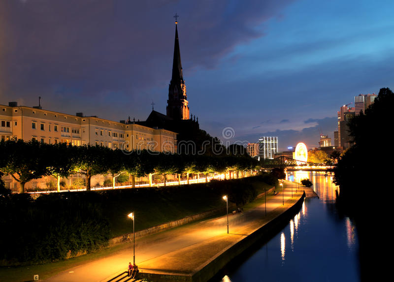 Francoforte em a noite imagens de stock royalty free