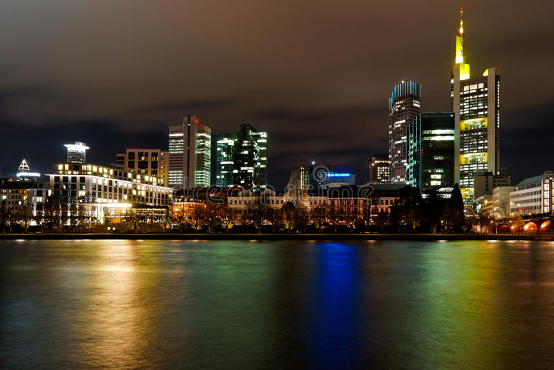 Francoforte entro la notte fotografie stock