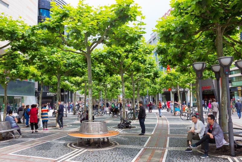 Francoforte, Germania - 15 giugno 2016: passeggiata della gente lungo lo Zeil nel mezzogiorno immagine stock