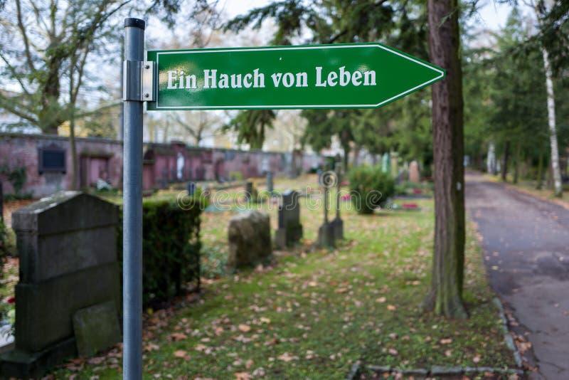 Francoforte, Germania - 19 novembre: Segno su Francoforte Hauptfriedhof il 19 novembre 2017 fotografia stock libera da diritti