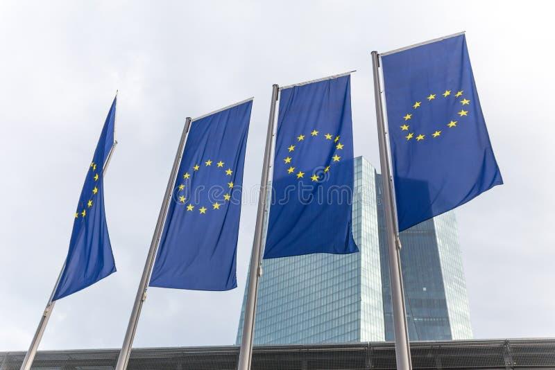 Francoforte, hesse/Germania - 11 10 18: costruzione di banca centrale europea con le bandiere a Francoforte Germania immagini stock
