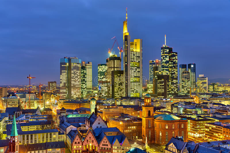 Francoforte na noite fotos de stock royalty free