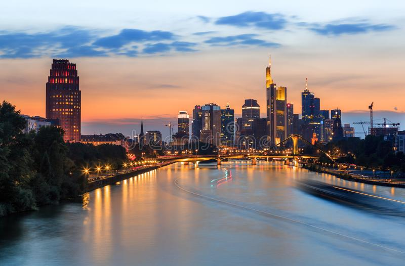 Francoforte - são - cano principal - skyline no crepúsculo fotos de stock