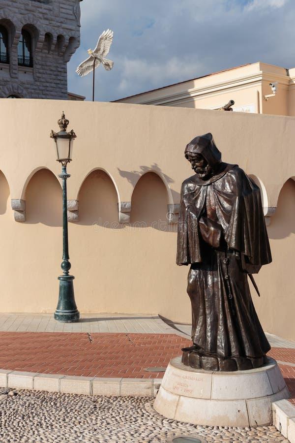 Francois Grimaldi-standbeeld als monnik met japon in fron wordt vermomd die stock afbeelding