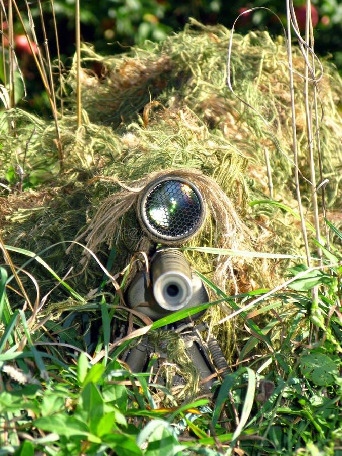Francotirador disfrazado y su rifle imagen de archivo libre de regalías