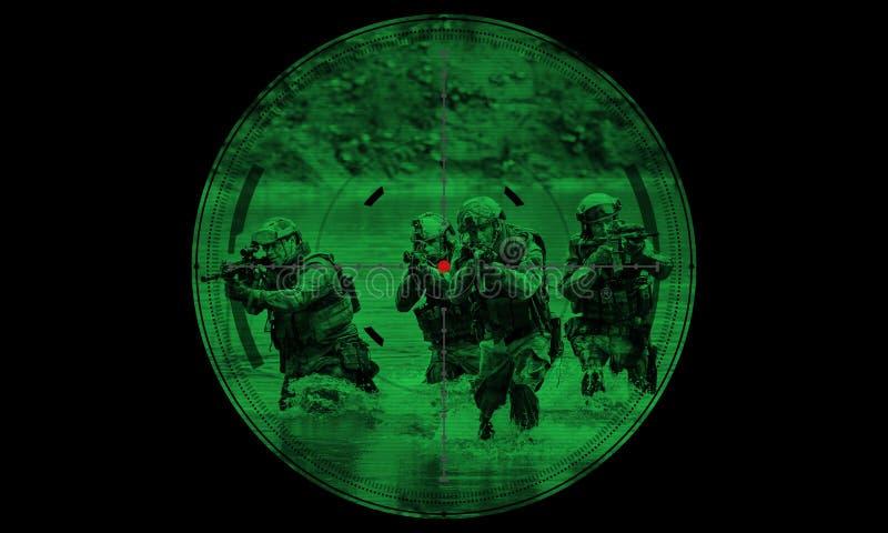 Francotirador durante rescate del rehén de la operación de noche visión a través del ni imagenes de archivo