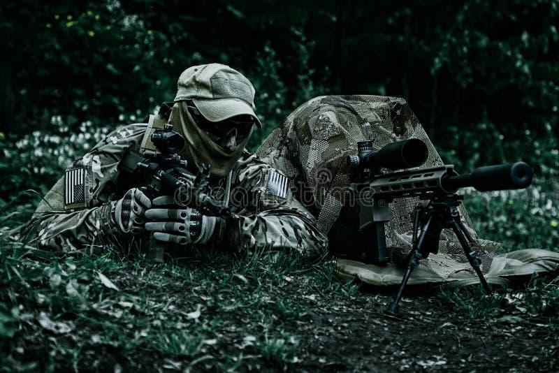 Francotirador y observador de tiro de boinas verdes imagen de archivo libre de regalías
