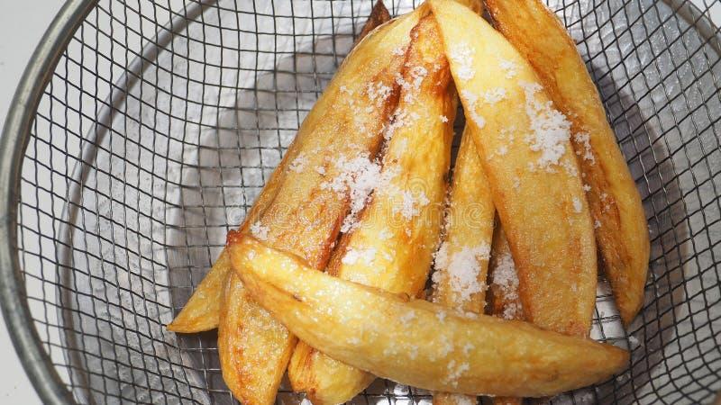Francuscy dłoniaki sól na wierzchołku w grille i aluminium antyku plat zdjęcie stock