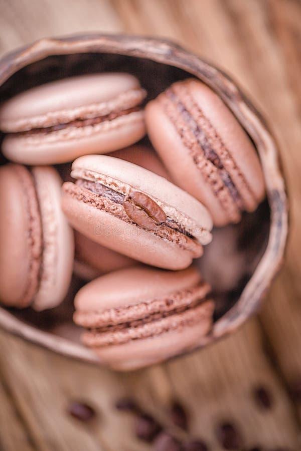Francuscy deserowi czekoladowi macaroons i macaroons z kawowymi fasolami fotografia stock