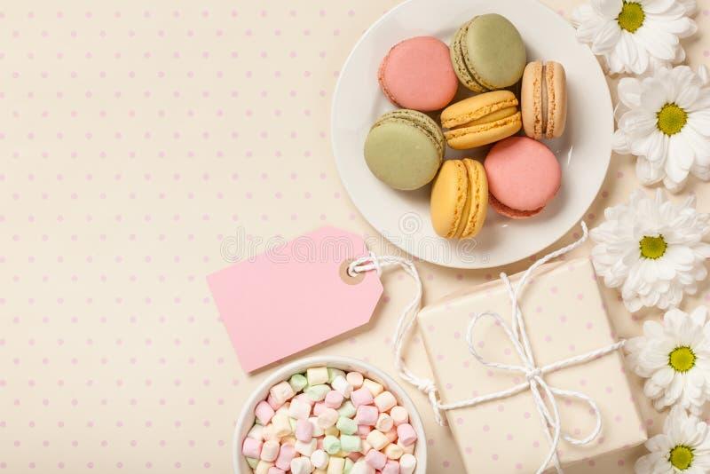 Francuscy kolorowi macaroons, marshmallows, git pudełko i kwiaty, obrazy royalty free