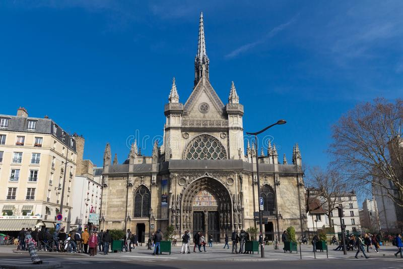 Francuscy ludzie i obcokrajowów podróżnicy chodzi wizytę i biorą fotografię przy kościół Saint Laurent w Paryż, Francja obrazy royalty free