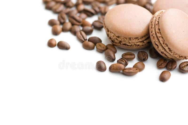 Francuscy macarons i kawowe fasole zdjęcie stock