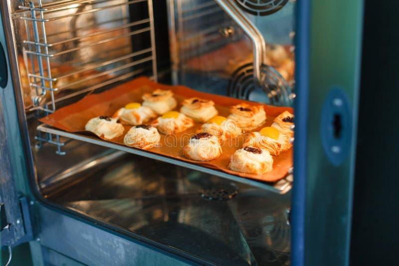 Francuscy słodcy ciasta w fachowym piekarniku obrazy stock