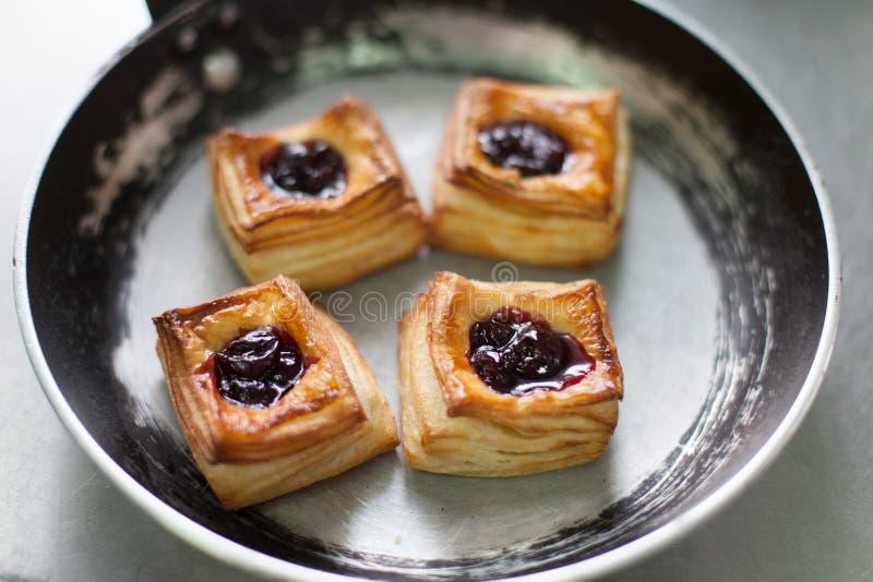 Francuscy słodcy ciasta w niecce fotografia stock