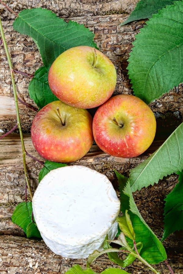 Francuscy sery z jabłkami obrazy royalty free