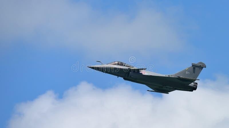 Francuscy siły powietrzne Rafale spełniania aerobatics przy Singapur Airshow fotografia stock