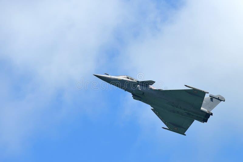 Francuscy siły powietrzne Rafale spełniania aerobatics przy Singapur Airshow obraz royalty free