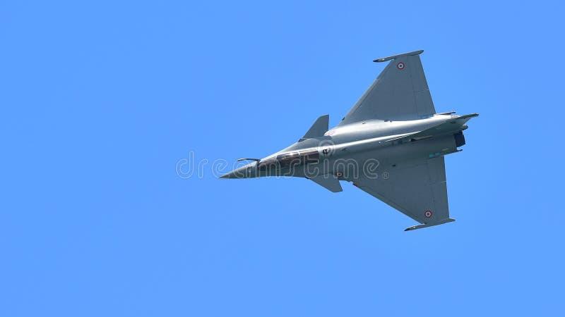 Francuscy siły powietrzne Rafale spełniania aerobatics przy Singapur Airshow obrazy stock