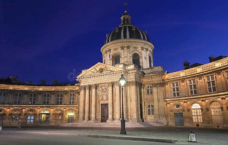 Francuska akademia przy nocą, Paryż, Francja zdjęcie stock