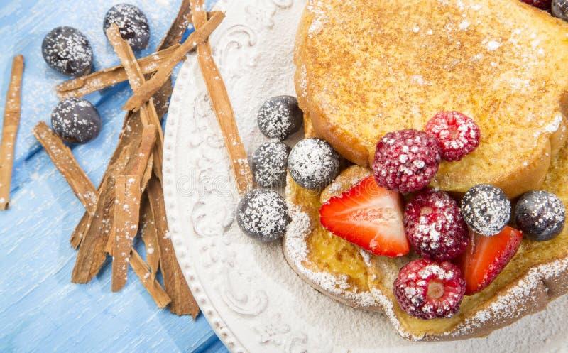 Francuska grzanka z truskawkami i czarnymi jagodami zdjęcia royalty free