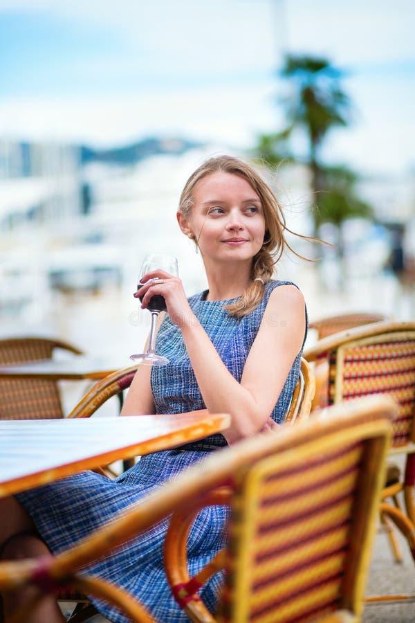 Francuska kobieta pije czerwone wino w kawiarni Cannes zdjęcie stock
