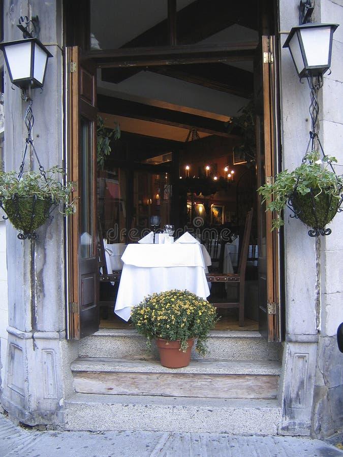 francuska restauracja stołu dwa okna obraz stock