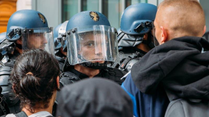 Francuska zamieszki policja w protescie w Paryż dla sans papiers wędrownicy obrazy royalty free