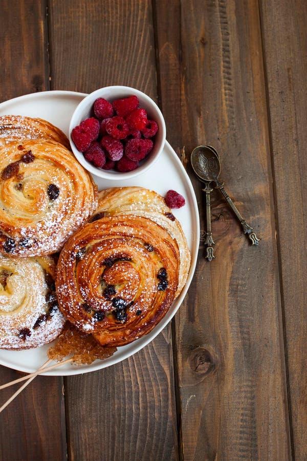 Francuski śniadanie z cynamonowymi rolkami i malinkami fotografia royalty free