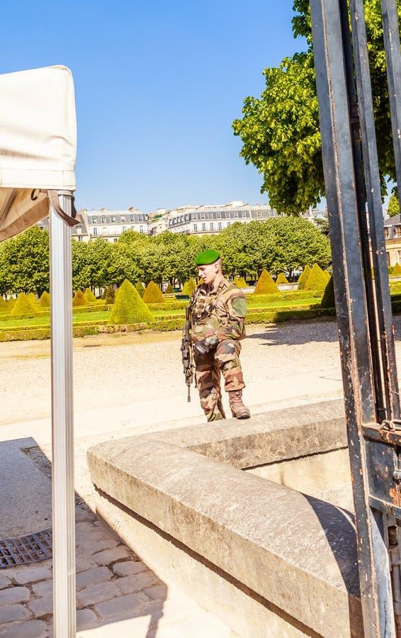 Francuski żołnierz przy wejściem terytorium kościół dom Niepełnosprawny, Paryż obraz royalty free