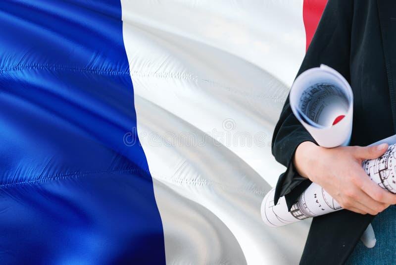 Francuski architekt kobiety mienia projekt przeciw Francja falowania flagi tłu Budowy i architektury poj?cie zdjęcie stock