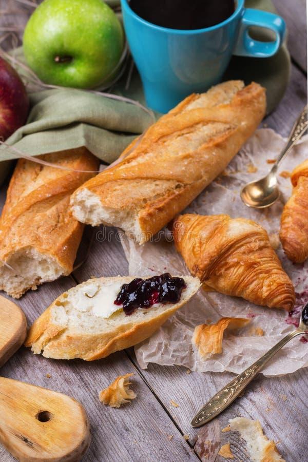 Francuski baguette z masłem i dżemem dla śniadania zdjęcie royalty free