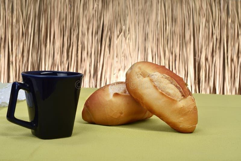 Francuski chleb piec na stole obraz royalty free