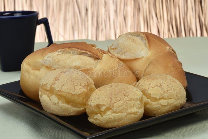 Francuski chleb piec nad czarnym kumberlandem z słomy dnem zdjęcia stock
