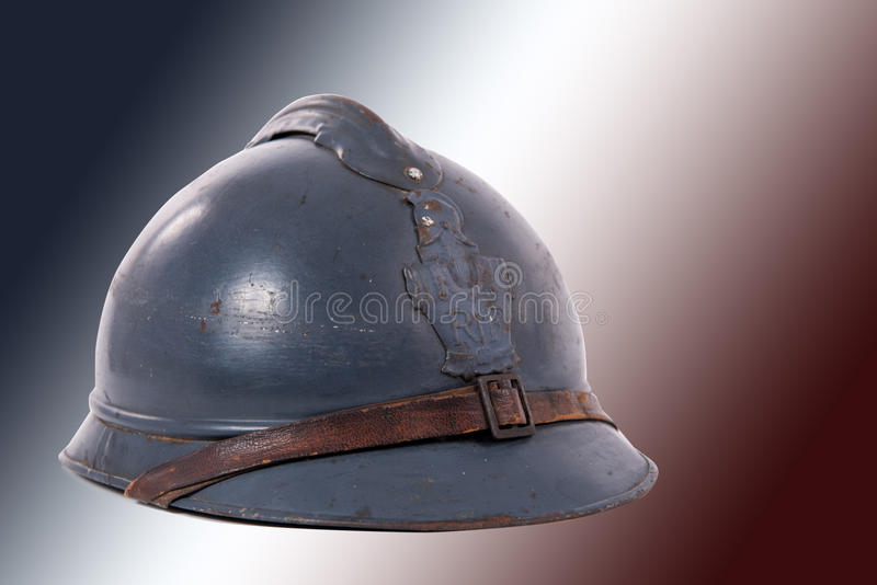 Francuski militarny hełm Pierwszy wojna światowa na czerwonym białym błękicie obrazy stock