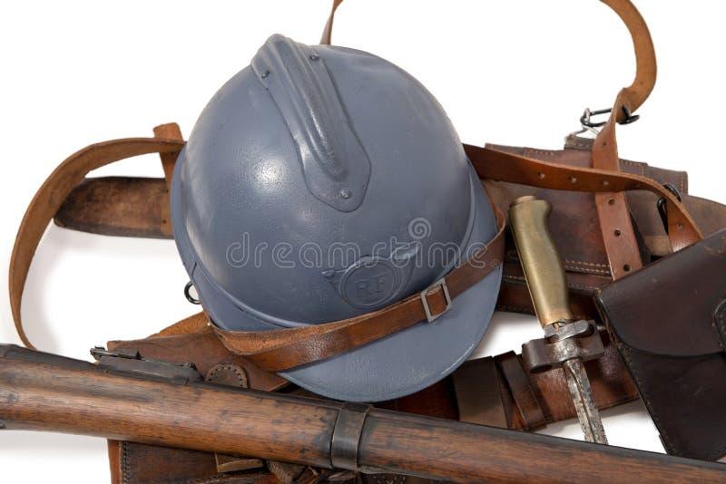 Francuski militarny hełm Pierwszy wojna światowa z wyposażeniem dalej fotografia stock