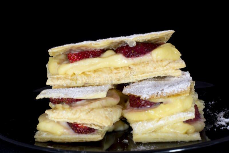 Francuski Mille-feuille tort z świeżą truskawką fotografia royalty free