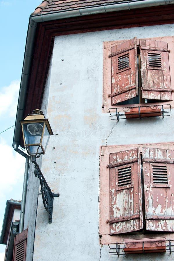 Francuski provencal stylowy stary kamienia dom z drewnianymi żaluzjami obrazy royalty free