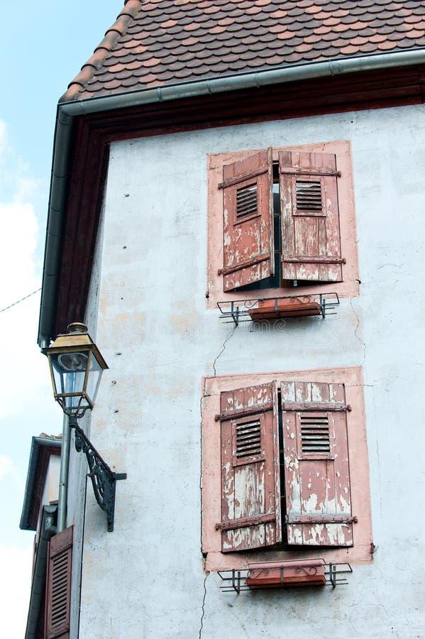 Francuski provencal stylowy stary kamienia dom z drewnianymi żaluzjami zdjęcie royalty free