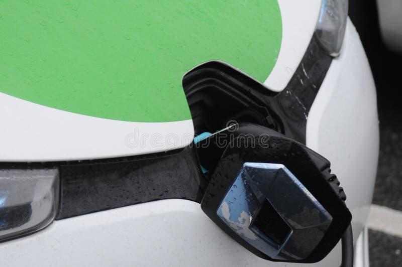 Francuski Renault elektryczny samochód przy chage punktem w Kopenhaga zdjęcia stock