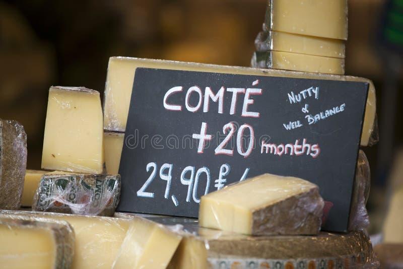 Francuski serowy Comte na drewnianej tacy zdjęcia royalty free
