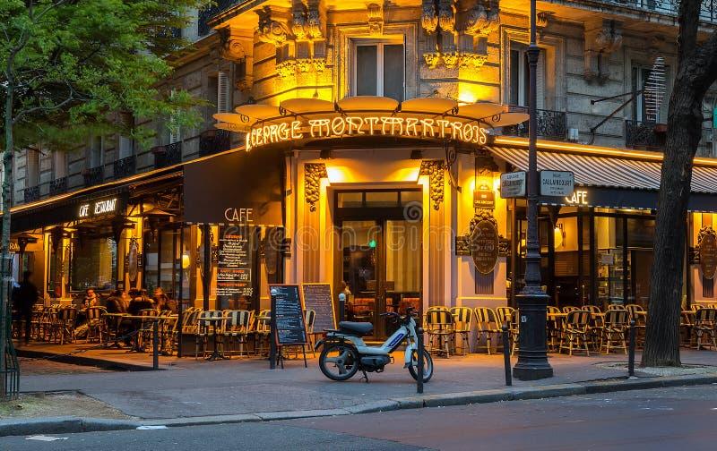 Francuski tradycyjny cukierniany Au cepage Montmartrois przy nocą, Paryż, Francja zdjęcia royalty free