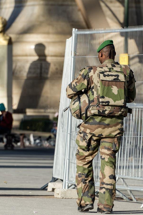 Francuski wojskowy w ulicie Paryż zdjęcia royalty free