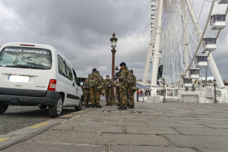 Francuski wojskowy w ulicie Paryż fotografia stock