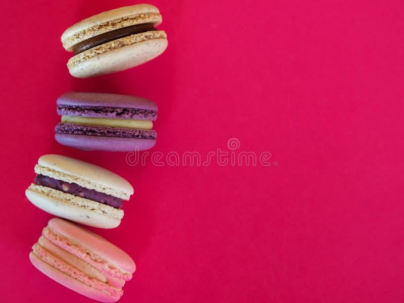 Francuskich ciast macarons na różowym tle obraz royalty free
