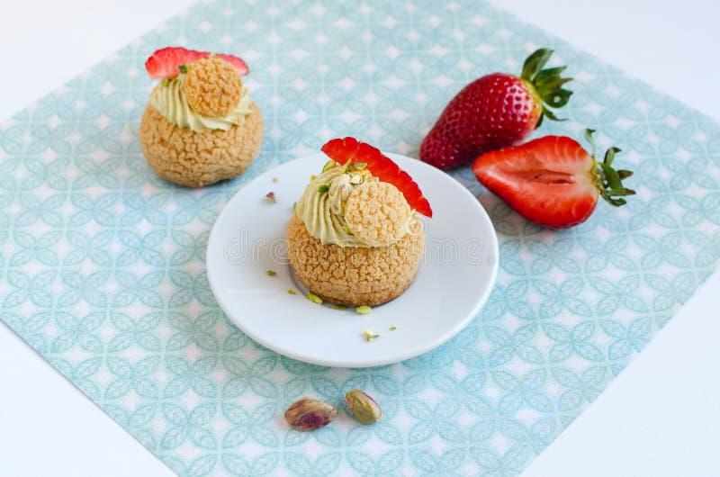 Francuskie tradycyjne Choux ciasta piłki z pistacjową śmietanką zdjęcie stock