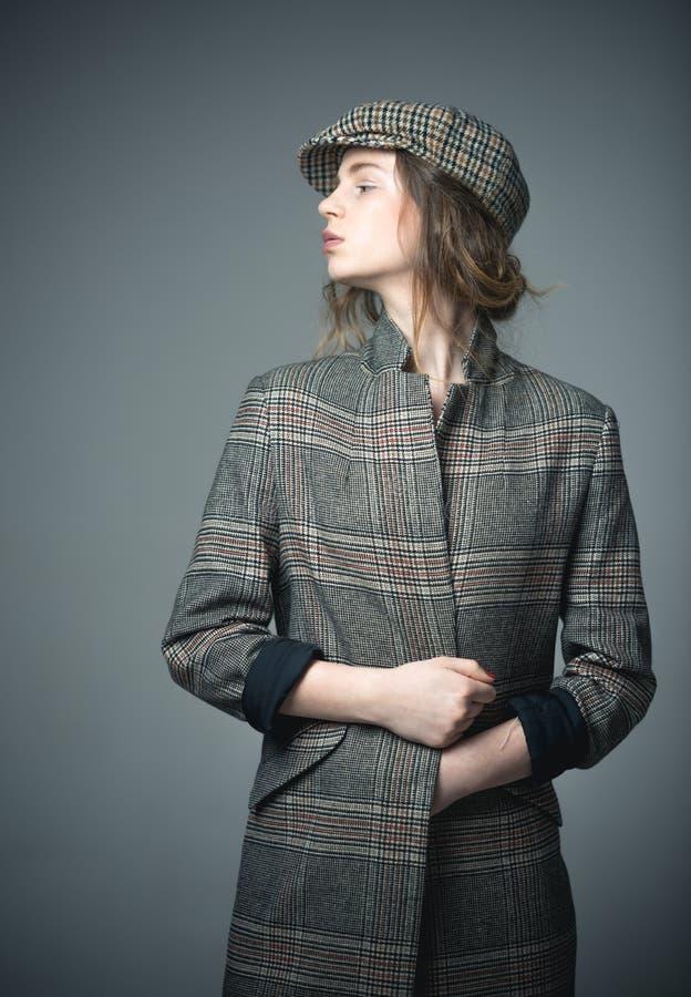 francuskiego stylu Ostry piękno francuza styl moda model w w kratkę berecie francuza styl dla kobiety w w kratkę kurtce zdjęcia royalty free