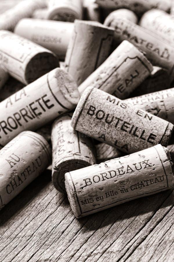 Francuskiego wina korki na Winemaker Starym Rozlewniczym stole obrazy royalty free