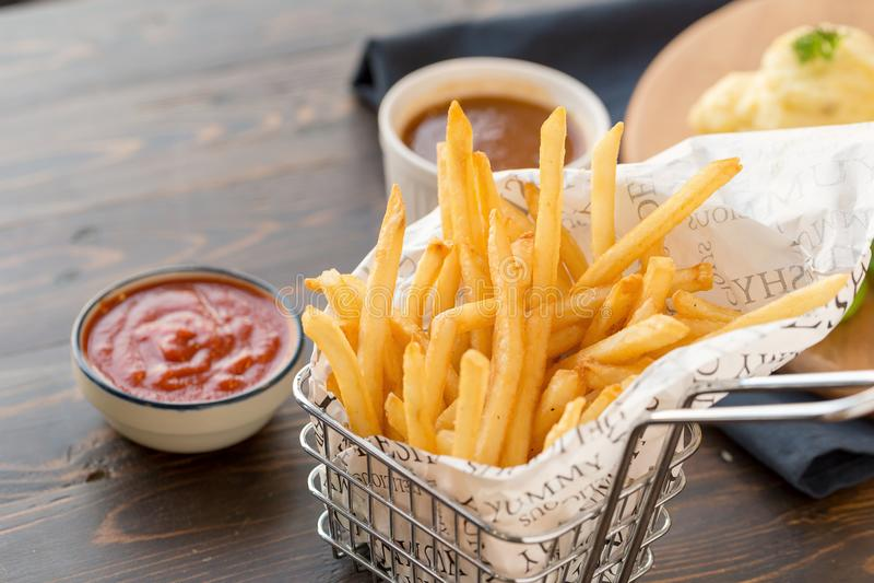 Francuzów dłoniaki z ketchupem na drewnianym tle fotografia royalty free