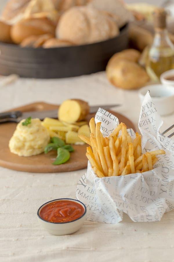 Francuzów dłoniaki z ketchupem na drewnianym tle zdjęcia royalty free
